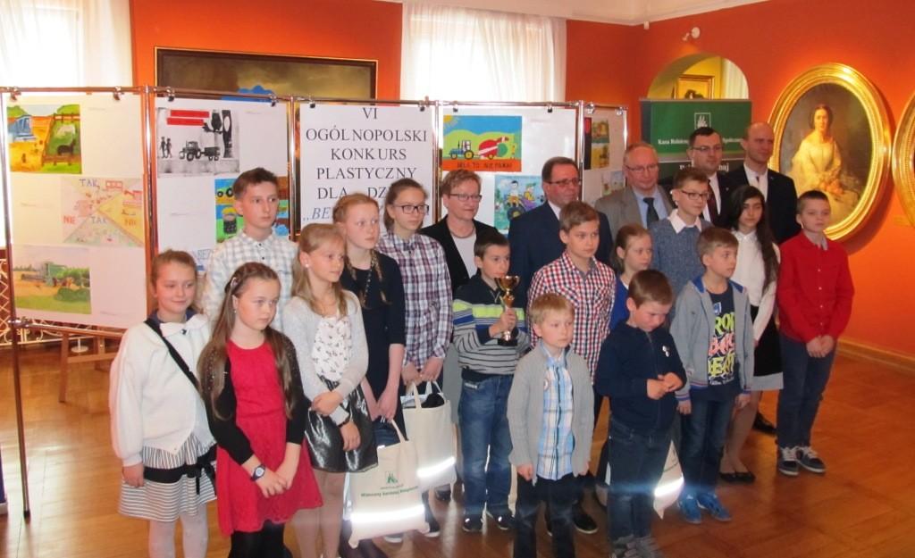 Nagrodzeni uczestnicy konkursu wraz z przedstawicielami organizatorów