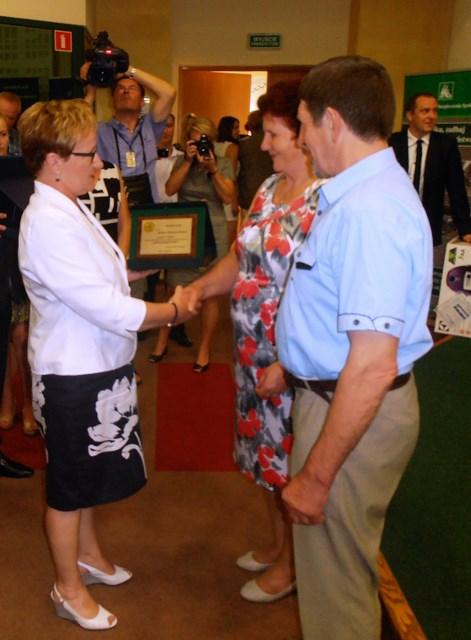 Barbara Sołomiewicz, dyrektor OR KRUS w Białymstoku wraz z laureatami I miejsca