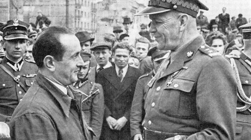 Generał_Zygmunt_Berling_z_mieszkańcami_Pragi_1944